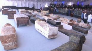 """""""Odkrycie numer jeden w tym roku"""". Pokazali ponad 100 sarkofagów sprzed 2,5 tysiąca lat"""