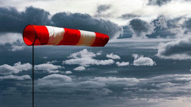 Ostrzeżenia przed silnym wiatrem. <br />W środę możliwe burze