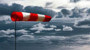 Uwaga na silne porywy wiatru, a niebawem i burze z gradem