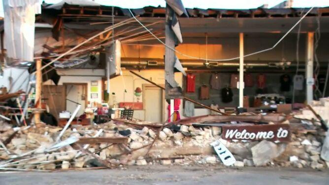 Zerwane dachy, wybite szyby, zawalone ściany. Microburst spustoszył miasto
