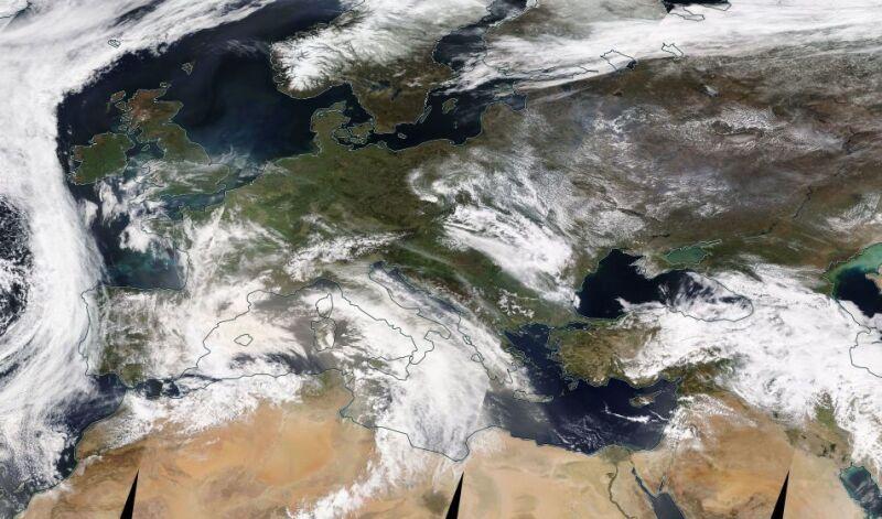 Na zdjęciu z 22 kwietnia widać pył znad Sahary, który unosi się nad Morzem Śródziemnym (NASA Worldview)