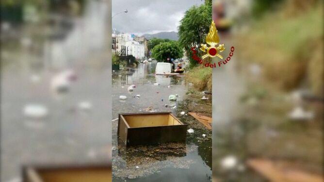 Zalane Palermo. Woda wdzierała się do budynków i samochodów