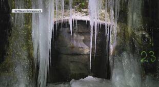 Lodowe formacje w tunelu kolejki wąskotorowej w Szklarach